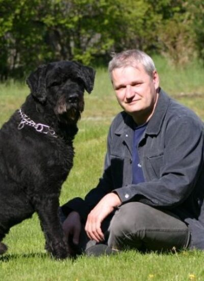 Lekarz weterynarii. Specjalista chorób psów i kotów W 1983 roku ukończył Wydział Medycyny Weterynaryjnej na Akademii Rolniczo - Technicznej w Olsztynie. Główne zainteresowania: choroby wewnętrzne psów i kotów, dermatologia, endokrynologia.